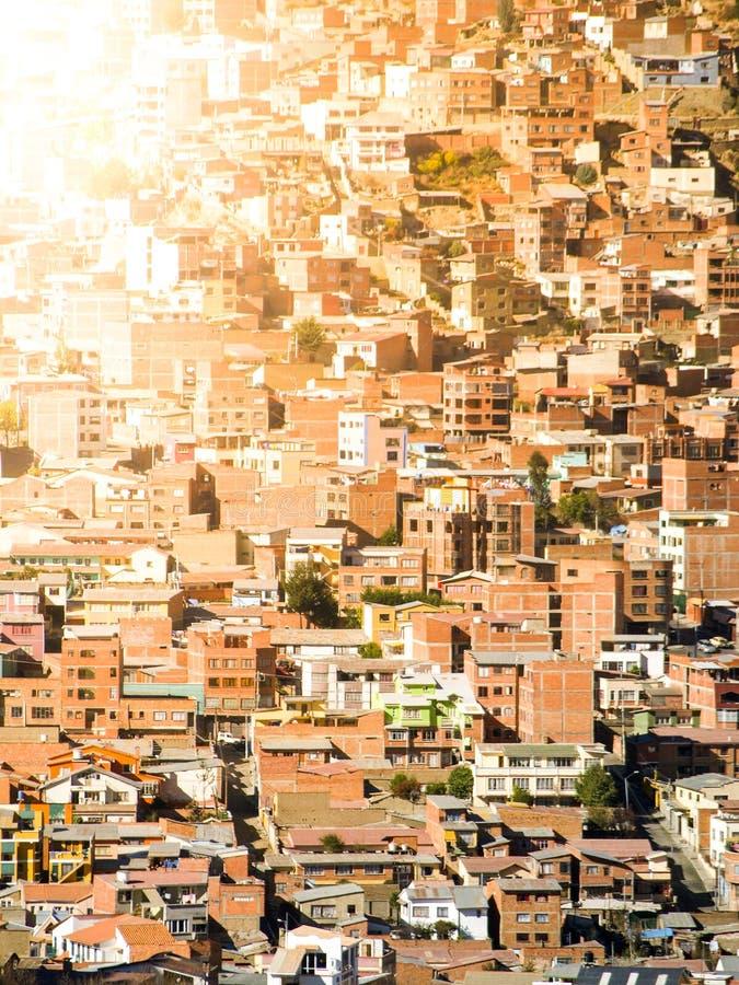 Casas de los tugurios construidas en la colina escarpada de La Paz, Bolivia, Suramérica foto de archivo