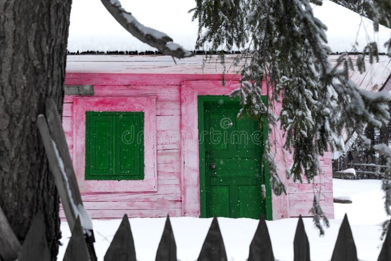 Casas de madeira coloridas em montanhas romenas no inverno imagens de stock