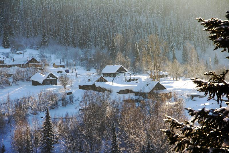 Casas de madeira desarrumadas com os lotes da neve Paisagem do país imagens de stock royalty free