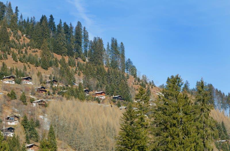 Casas de madeira dos cumes suíços imagens de stock