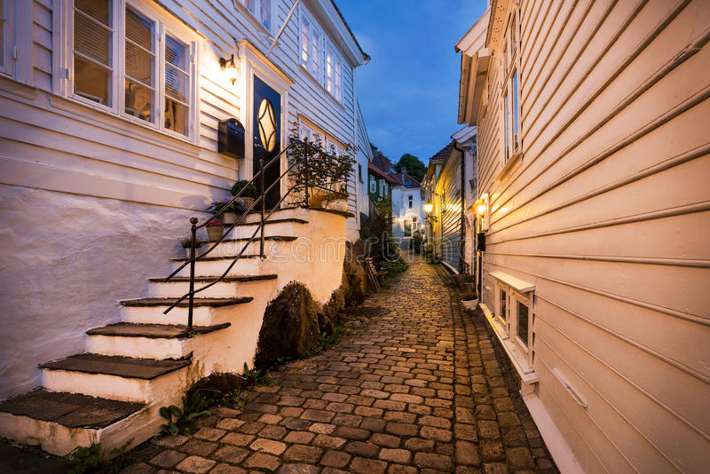 Casas de madeira em Bergen na noite, Noruega imagens de stock