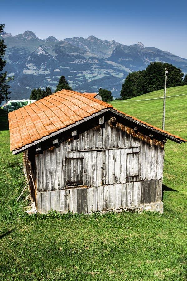 Casas de madeira em Malbun em Lichtenstein, Europa fotografia de stock royalty free