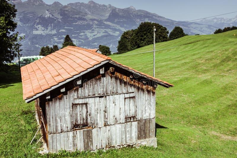 Casas de madeira em Malbun em Lichtenstein, Europa fotos de stock