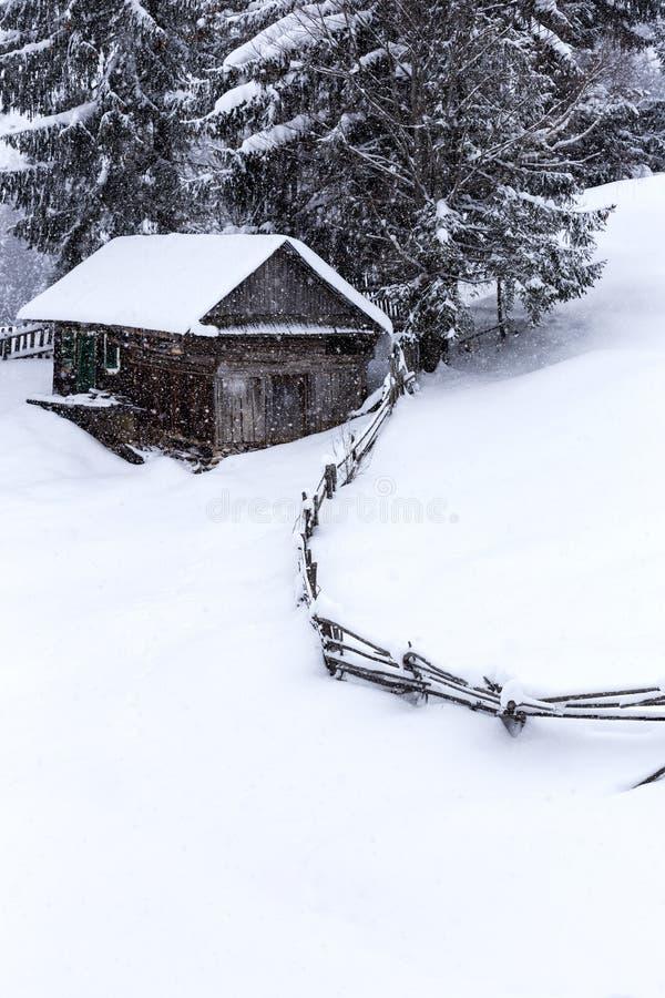 Casas de madeira em montanhas romenas no inverno fotografia de stock royalty free