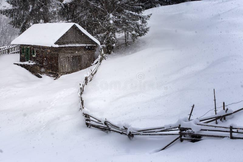 Casas de madeira em montanhas romenas no inverno com neve fotos de stock