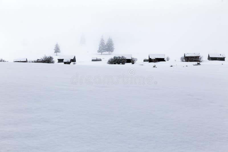 Casas de madeira em uma montanha nevado fotos de stock