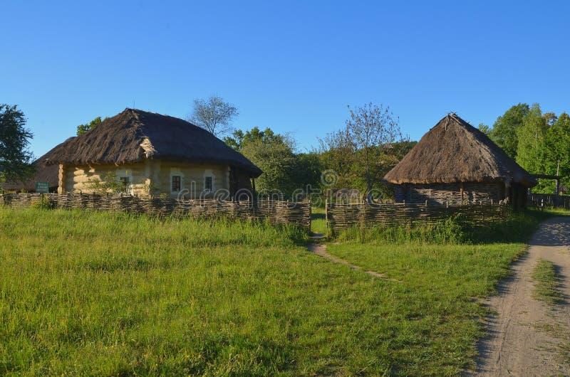 Casas de madeira extravagantes pequenas com telhados parados imagem de stock royalty free
