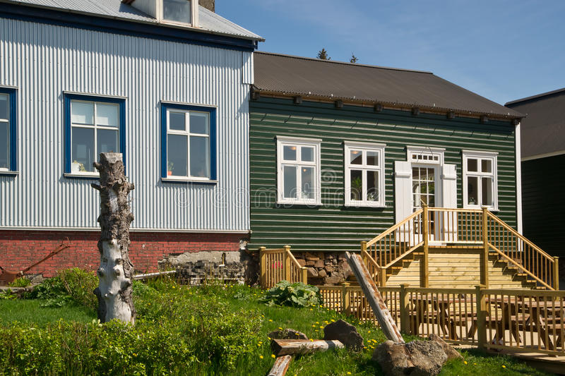 Casas de madeira na cidade islandêsa Borgarnes fotografia de stock royalty free