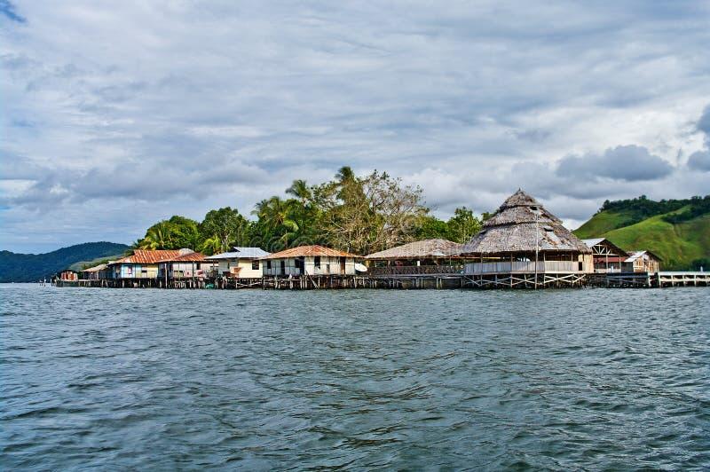Casas de madeira no lago Sentani, em Nova Guiné imagens de stock