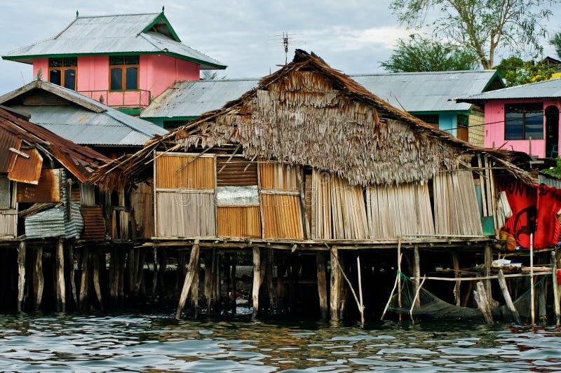Casas de madeira no lago Sentani, em Nova Guiné foto de stock royalty free