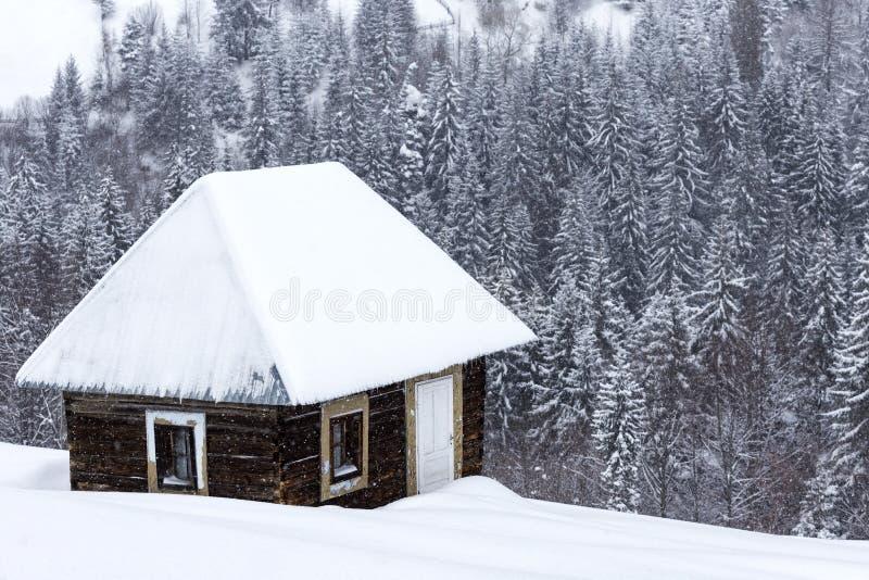 Casas de madeira pequenas em montanhas romenas no inverno foto de stock royalty free