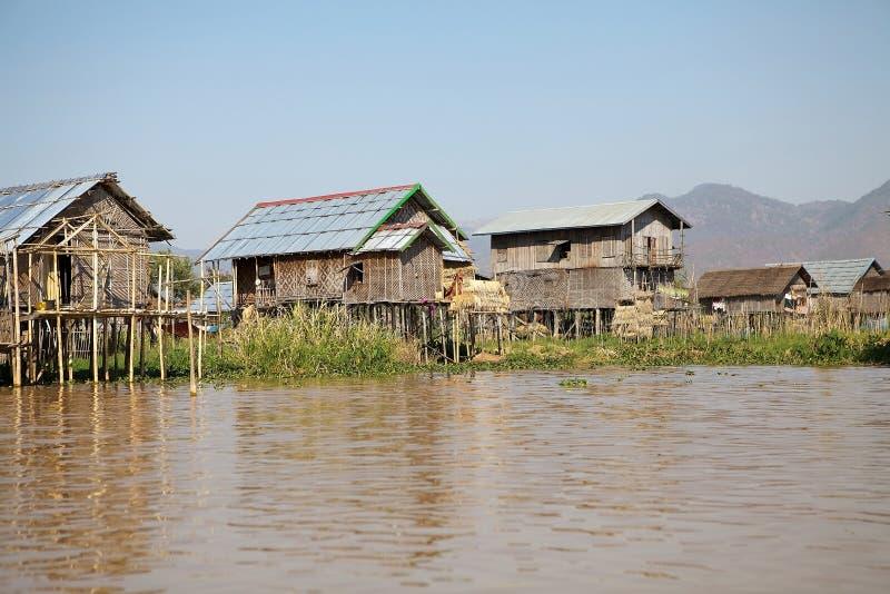 Casas de madeira tradicionais do pernas de pau no lago Inle Myanmar imagem de stock royalty free