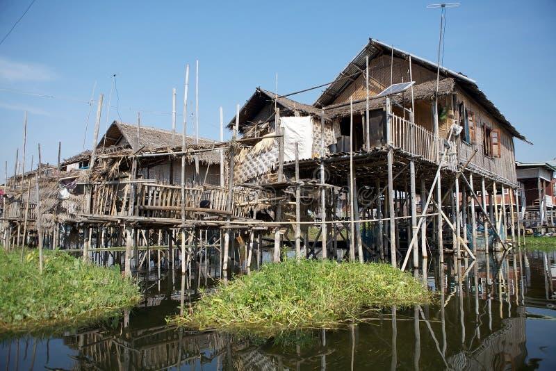 Casas de madeira tradicionais do pernas de pau no lago Inle Myanmar foto de stock