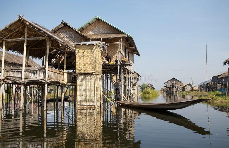 Casas de madeira tradicionais do pernas de pau no lago Inle Myanmar fotos de stock royalty free