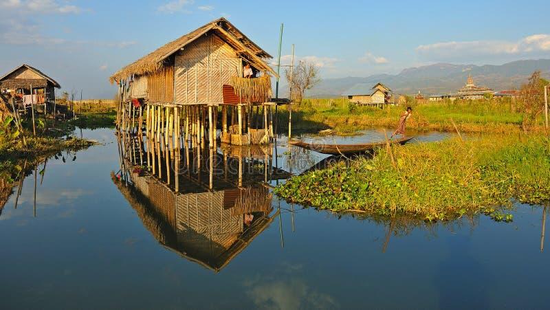 Casas de madeira tradicionais do pernas de pau no lago Inle, Myanmar (Burma). fotografia de stock royalty free