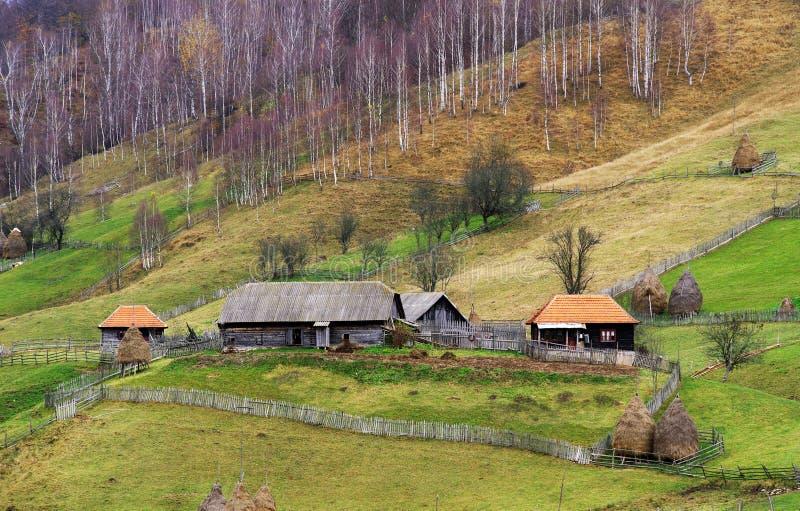 Casas de madeira tradicionais em Carpathians no outono imagens de stock