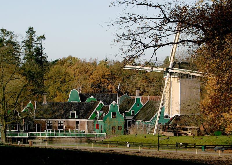 Casas de madeira velhas e um moinho imagens de stock royalty free
