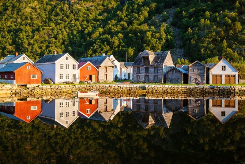 Casas de madeira velhas em Laerdalsoyri, Noruega imagem de stock royalty free