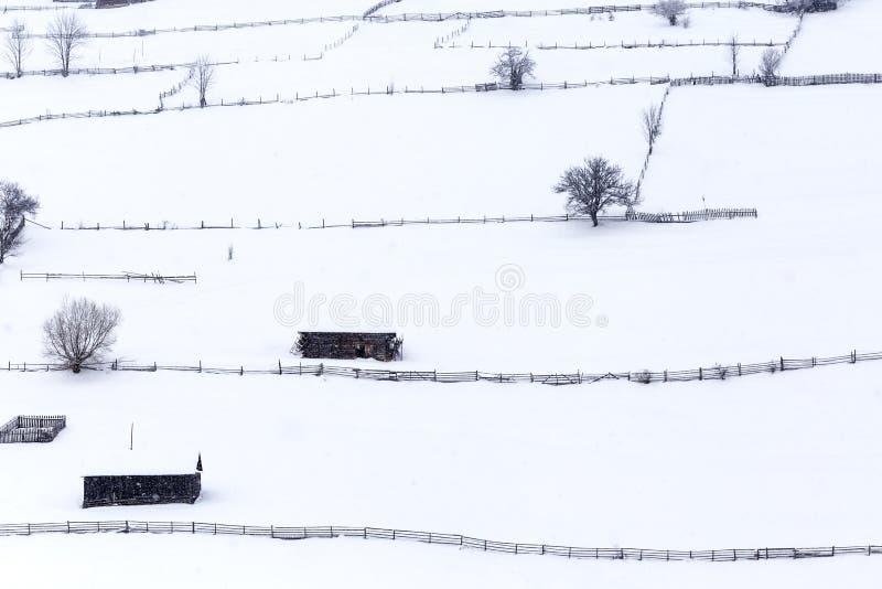 Casas de madeira velhas em uma aldeia da montanha em Romênia fotos de stock