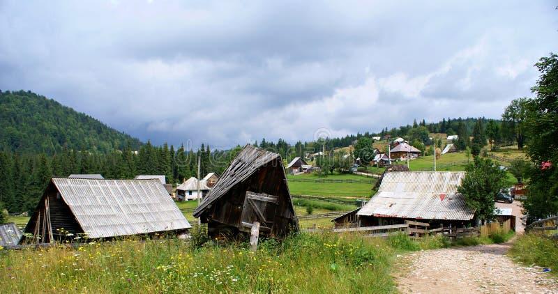 Casas de madeira velhas em uma aldeia da montanha romena foto de stock