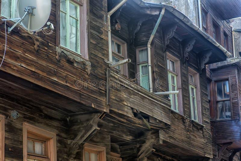 Casas de madeira velhas na parte histórica de Istambul fotografia de stock royalty free