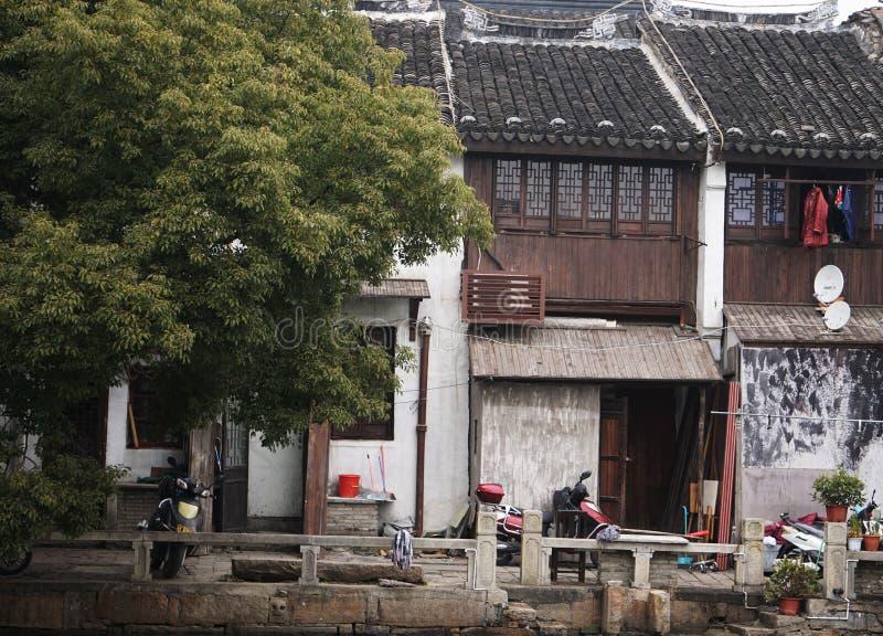 Casas de madera antiguas viejas en pueblo chino foto de archivo libre de regalías
