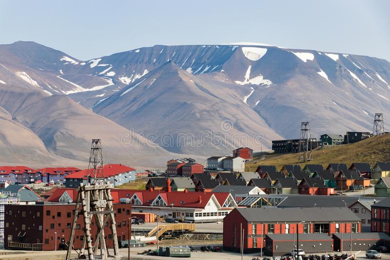 Casas de madera coloridas a lo largo del camino en verano en Longyearbyen, Svalbard fotografía de archivo