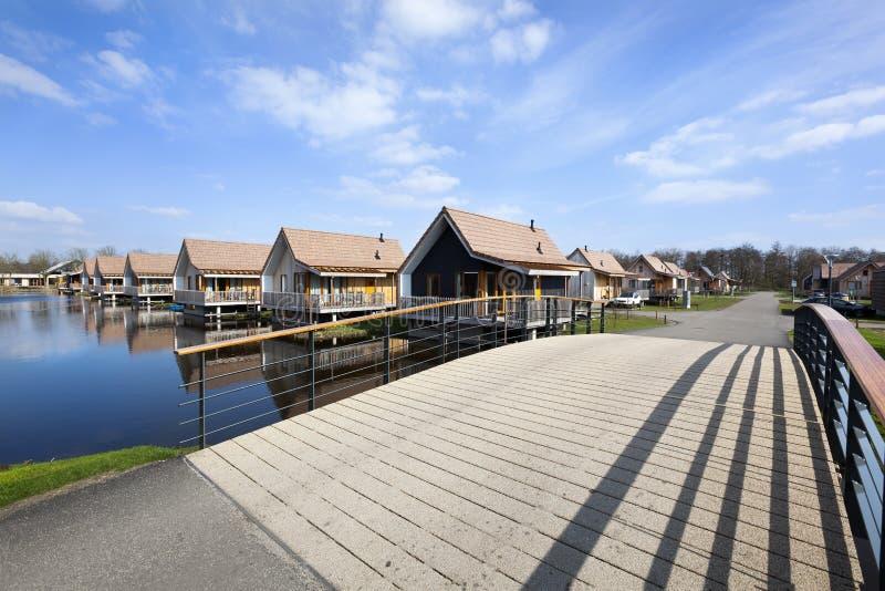Casas de madera de las vacaciones en Reeuwijk imagen de archivo