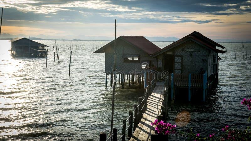 Casas de madera de los pescadores tradicionales en el lago Songkhla, Tailandia fotos de archivo libres de regalías