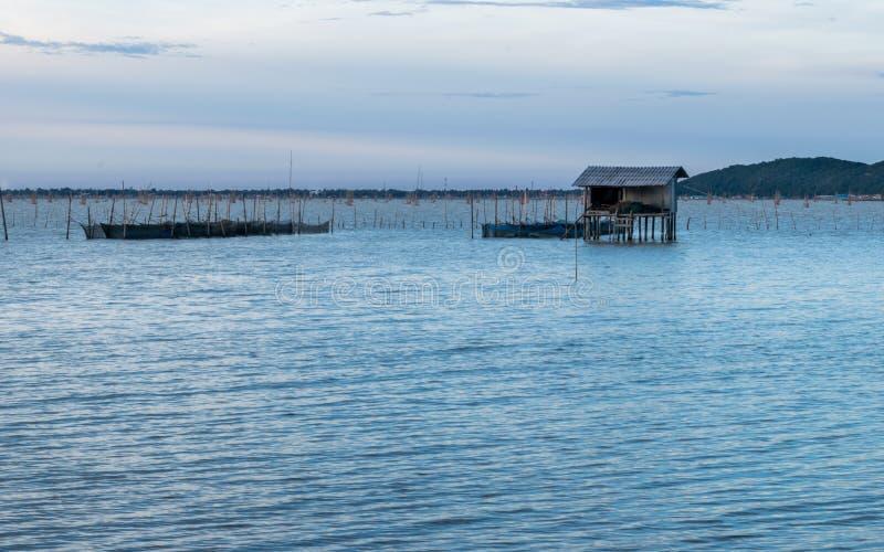Casas de madera de los pescadores tradicionales en el lago Songkhla, Tailandia fotografía de archivo