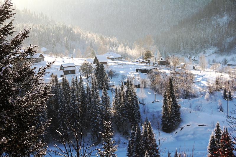 Casas de madera dejadas en desorden con las porciones de nieve Paisaje del país imagenes de archivo