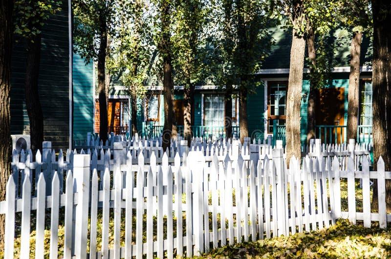 Casas de madera en el bosque fotografía de archivo libre de regalías