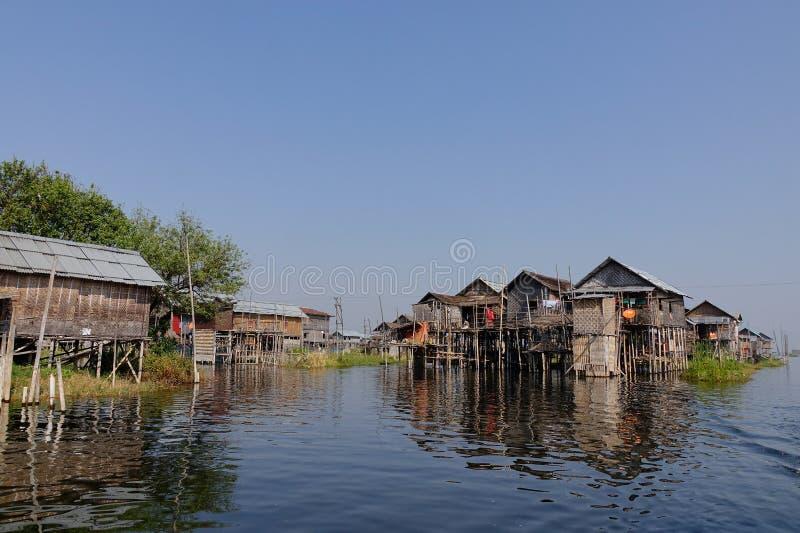 Casas de madera en el lago inlay, Myanmar imagen de archivo libre de regalías