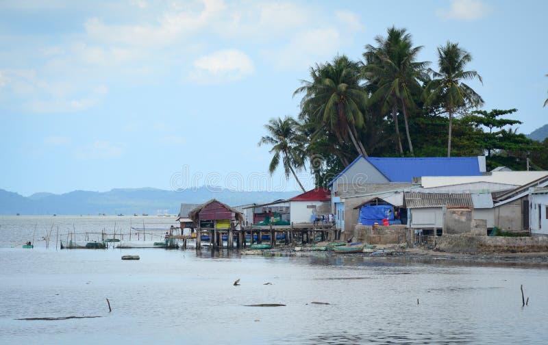 Casas de madera en el pueblo pesquero en Phu Quoc, Vietnam foto de archivo