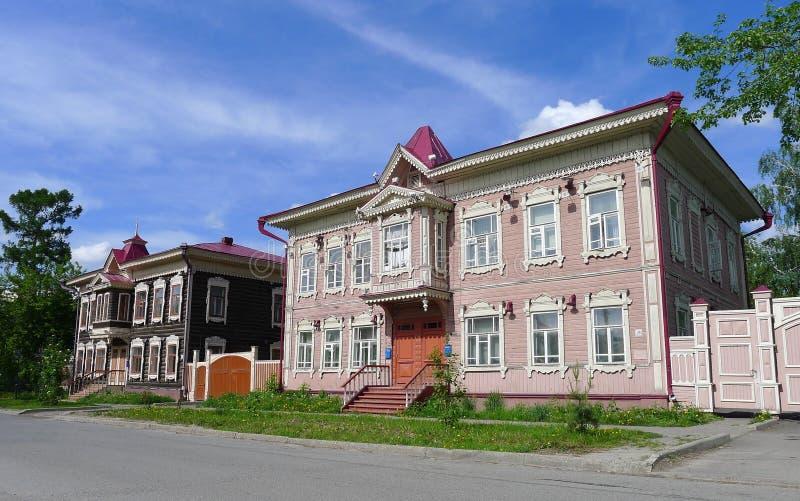 Casas de madera en Tomsk foto de archivo