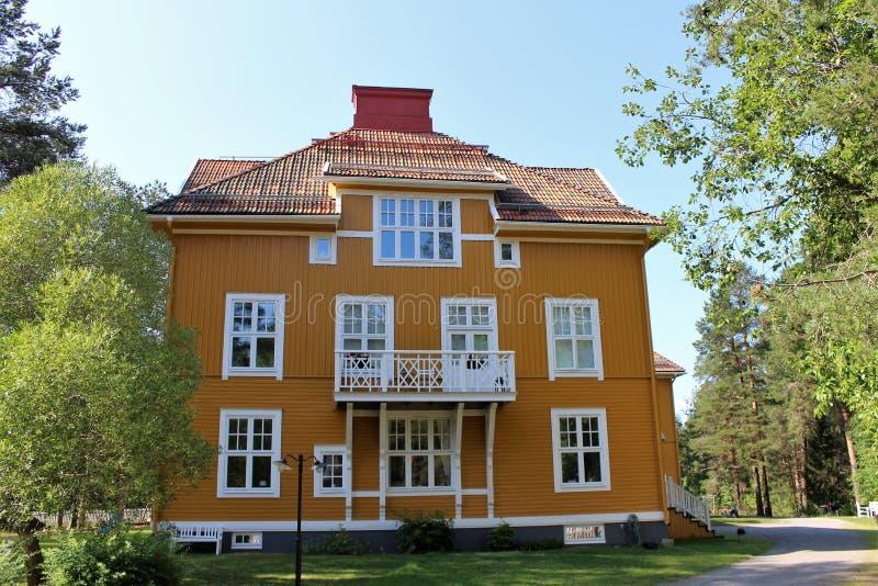 Casas de madera hermosas en Karlsvik fotografía de archivo libre de regalías