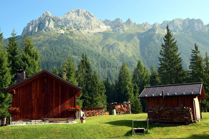 Casas de madera de la montaña, Cadore en las montañas de Dolomity, Italia imagen de archivo