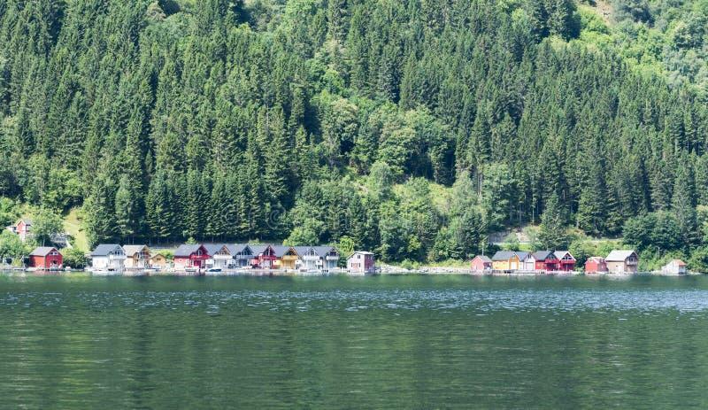 Casas de madera típicas en el sognefjord imagen de archivo libre de regalías