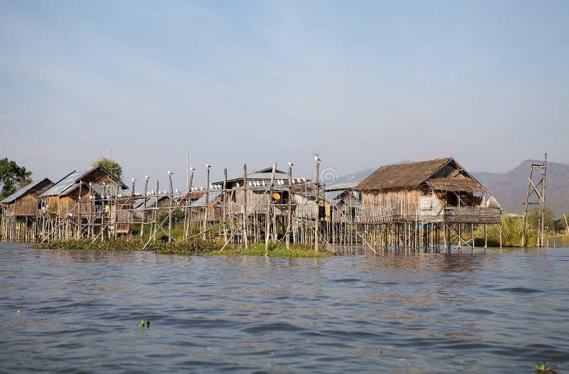 Casas de madera tradicionales del zanco en el lago Inle Myanmar foto de archivo