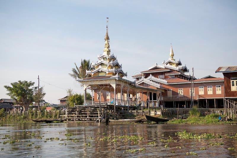 Casas de madera tradicionales del zanco en el lago Inle Myanmar imágenes de archivo libres de regalías