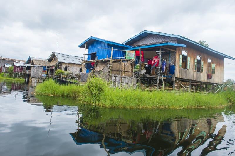Casas de madera tradicionales del zanco en el lago Myanmar Inle imágenes de archivo libres de regalías