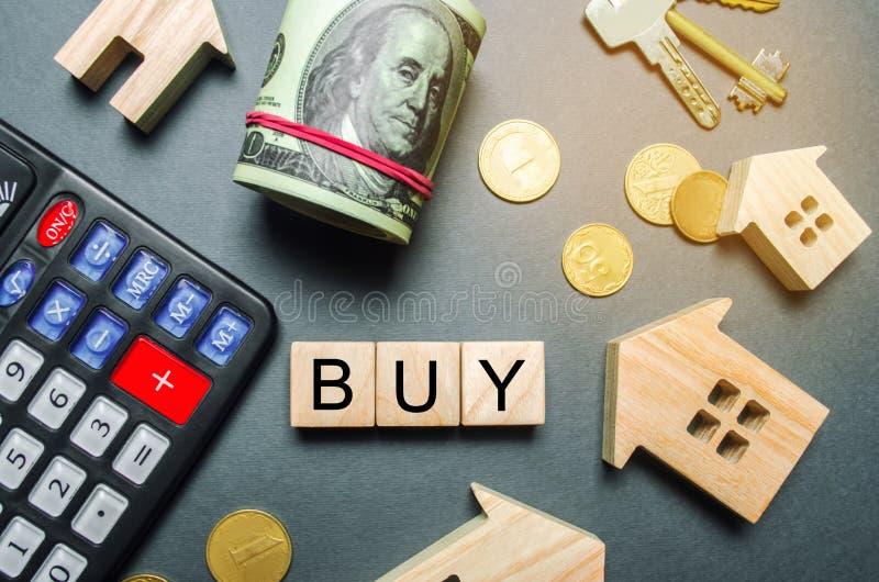 Casas de madera, una calculadora, llaves, monedas y bloques con la compra de la palabra Compra de una casa o de un apartamento Pr imágenes de archivo libres de regalías