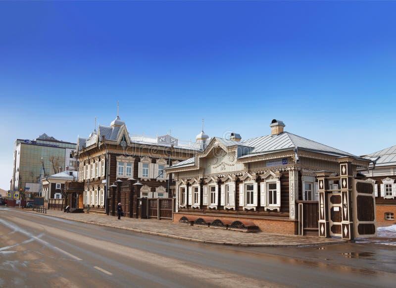 Casas de madera viejas adornadas con la talla rusa tradicional en la calle de Friedrich Engels irkutsk imagenes de archivo