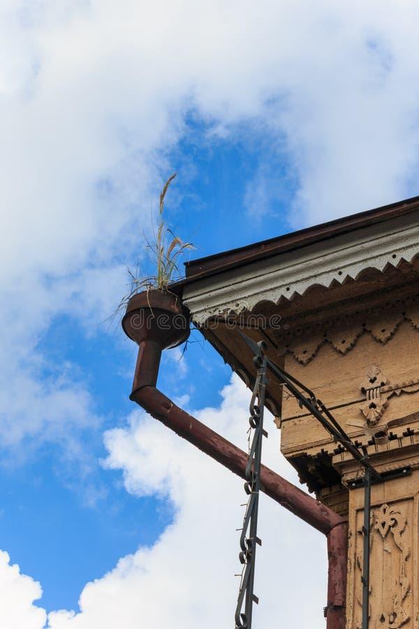 Casas de madera viejas de la bajada de aguas con los elementos decorativos tallados foto de archivo
