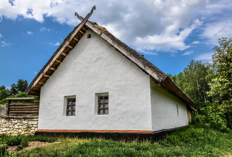 Casas de madera viejas del arbolado en Museo Nacional de la arquitectura popular ucraniana La arquitectura de cárpato tradicional imagen de archivo libre de regalías