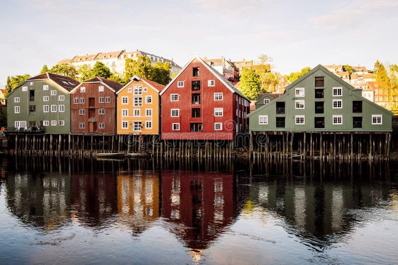 Casas de madera viejas en la ciudad de Strondheim/del bakklandet en Noruega fotografía de archivo libre de regalías