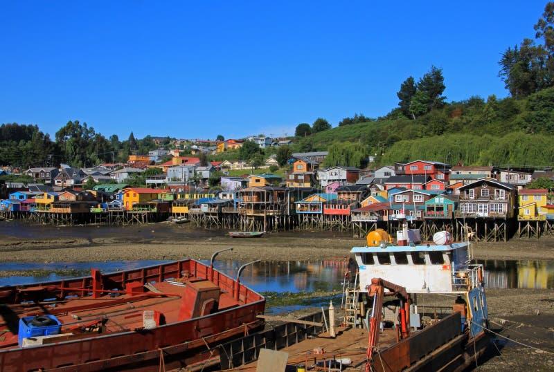 Casas de Palafito en los zancos en Castro, isla de Chiloe, Chile fotografía de archivo libre de regalías