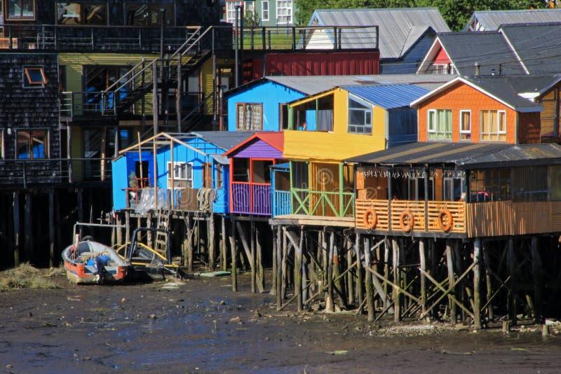 Casas de Palafito en los zancos en Castro, isla de Chiloe, Chile foto de archivo libre de regalías