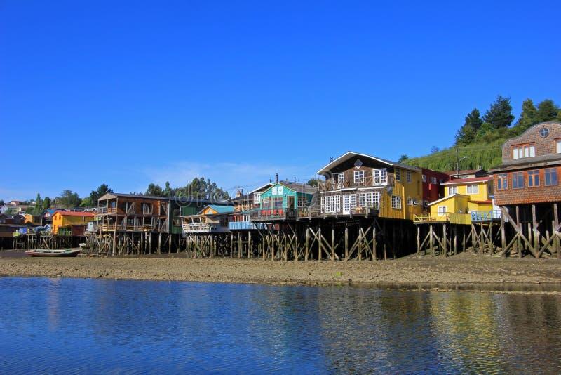 Casas de Palafito en los zancos en Castro, isla de Chiloe, Chile imagenes de archivo