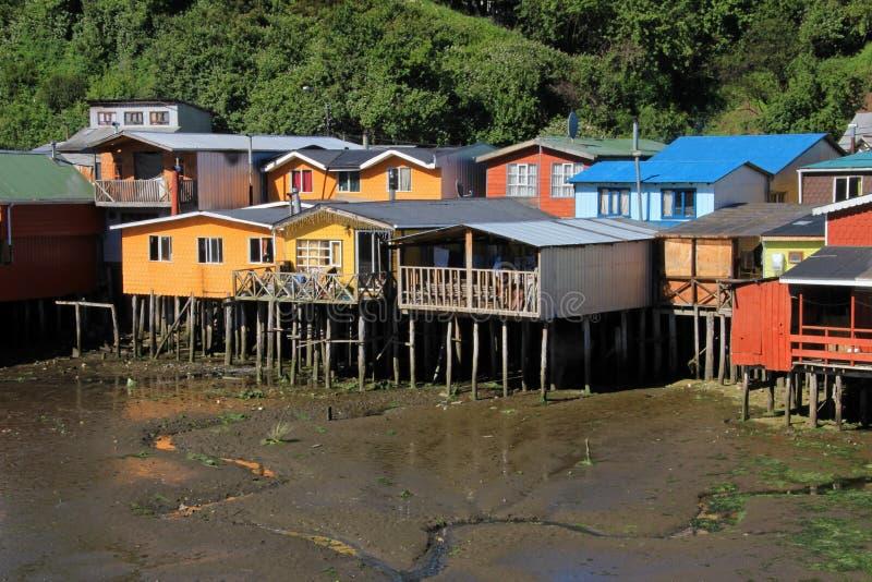 Casas de Palafito en los zancos en Castro, isla de Chiloe, Chile fotos de archivo